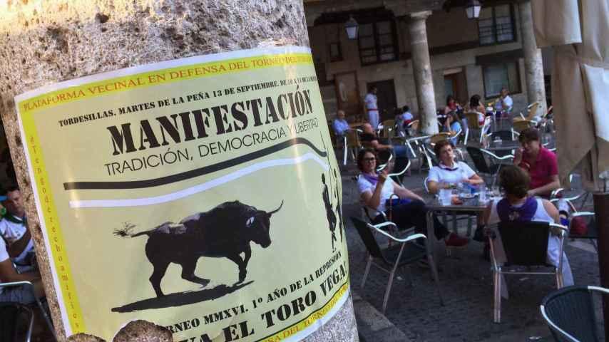 Un cartel convoca a la manifestación por el Toro de la Vega en Tordesillas.