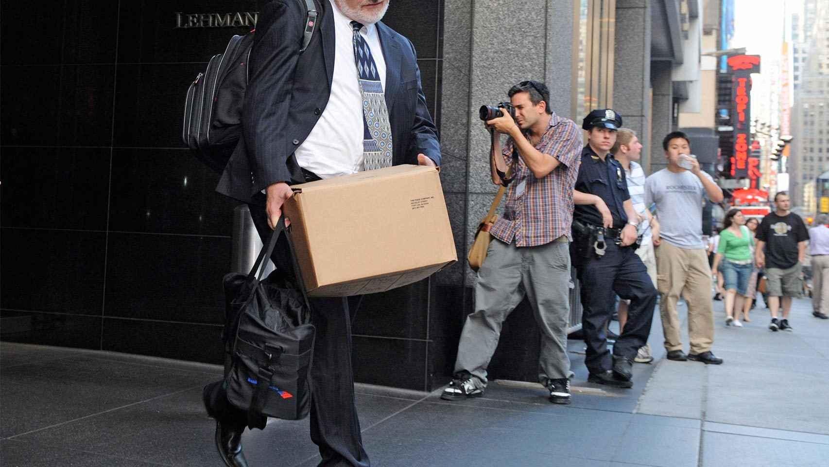 Un trabajador saliendo de Lehman Brothers tras la quiebra.