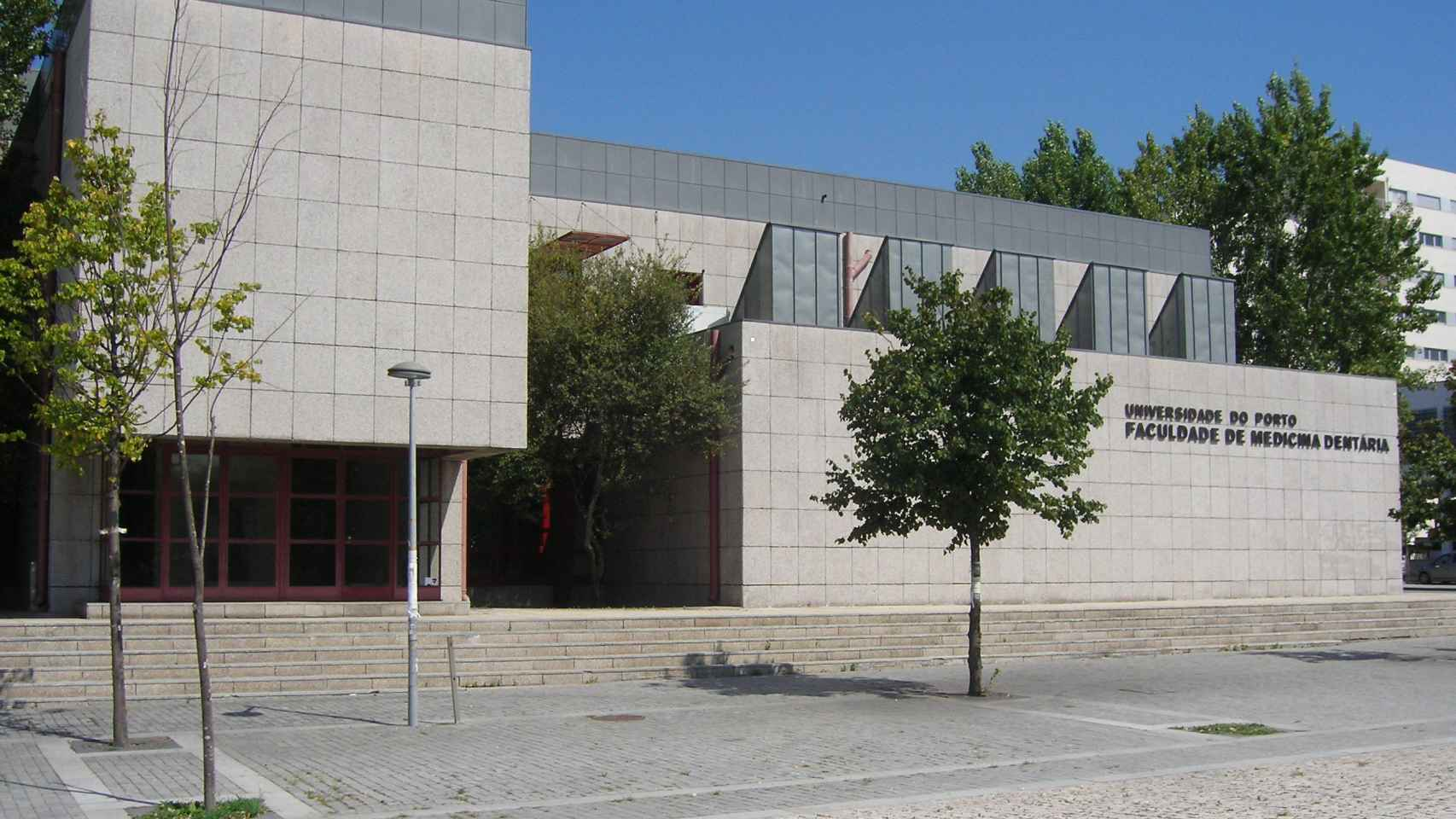 La fachada de la Facultad de Medicina Dental en Oporto.