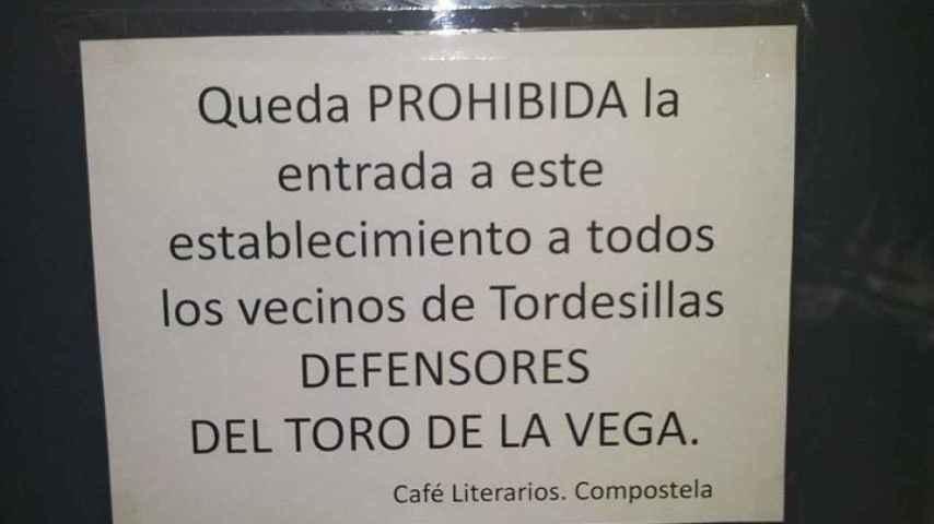 El cartel contra el Toro de la Vega que hay en el Café Literarios de Santiago.
