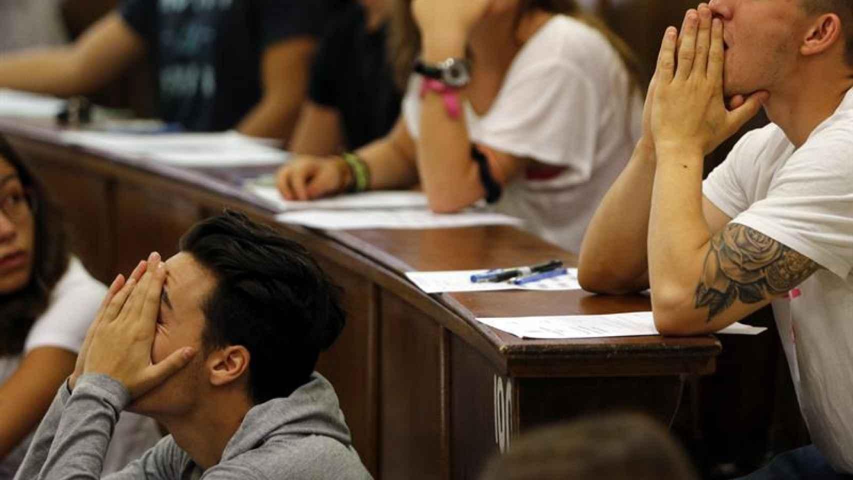 Alumnos en los minutos previos al primer examen de Selectividad de este martes
