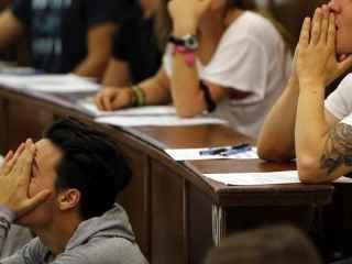 Alumnos en los minutos previos al examen de Selectividad en Madrid