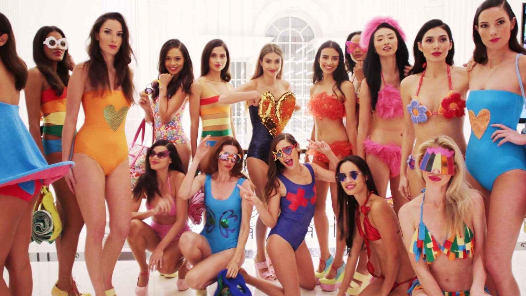 En el centro de rodillas con bañador morado Cósima Ramírez posa junto a las modelos del desfile