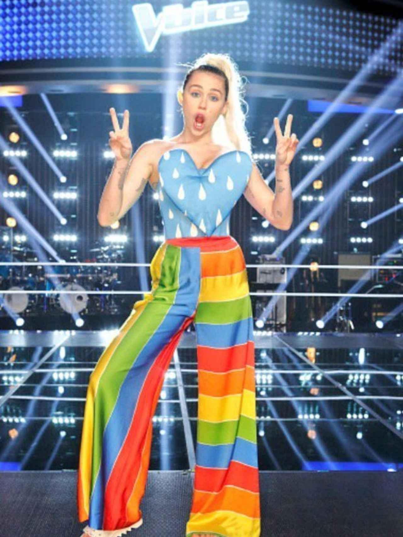 Miley Cyrus con total look de Agatha Ruiz de la Prada