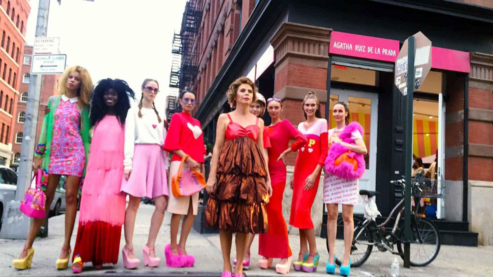 Agatha junto a las modelos en la puerta de su tienda de Nueva York