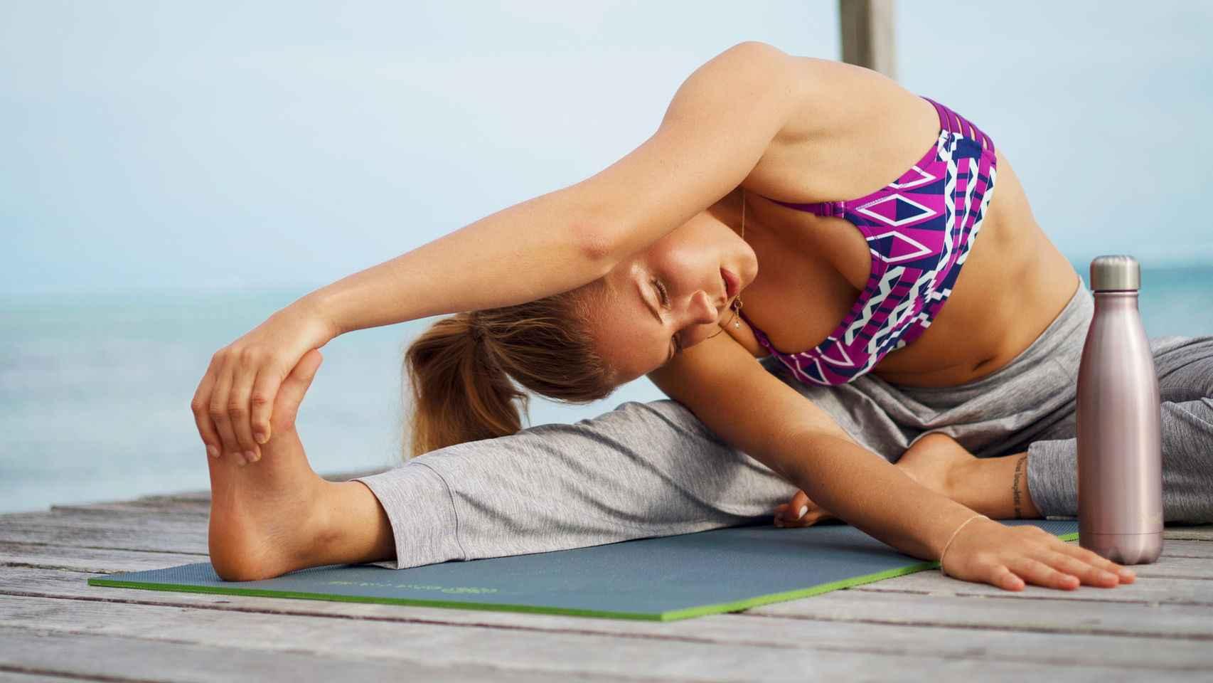 Modelo de Roxy practicando una de las posturas de yoga (asanas).