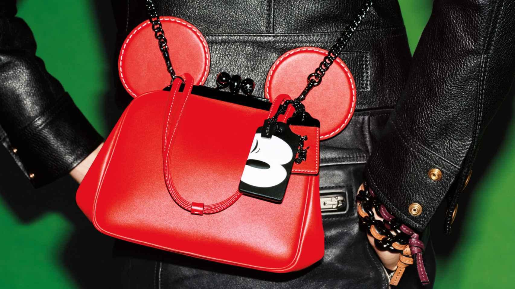 Bolso con orejas de Mickey, de la colección de Coach x Disney.