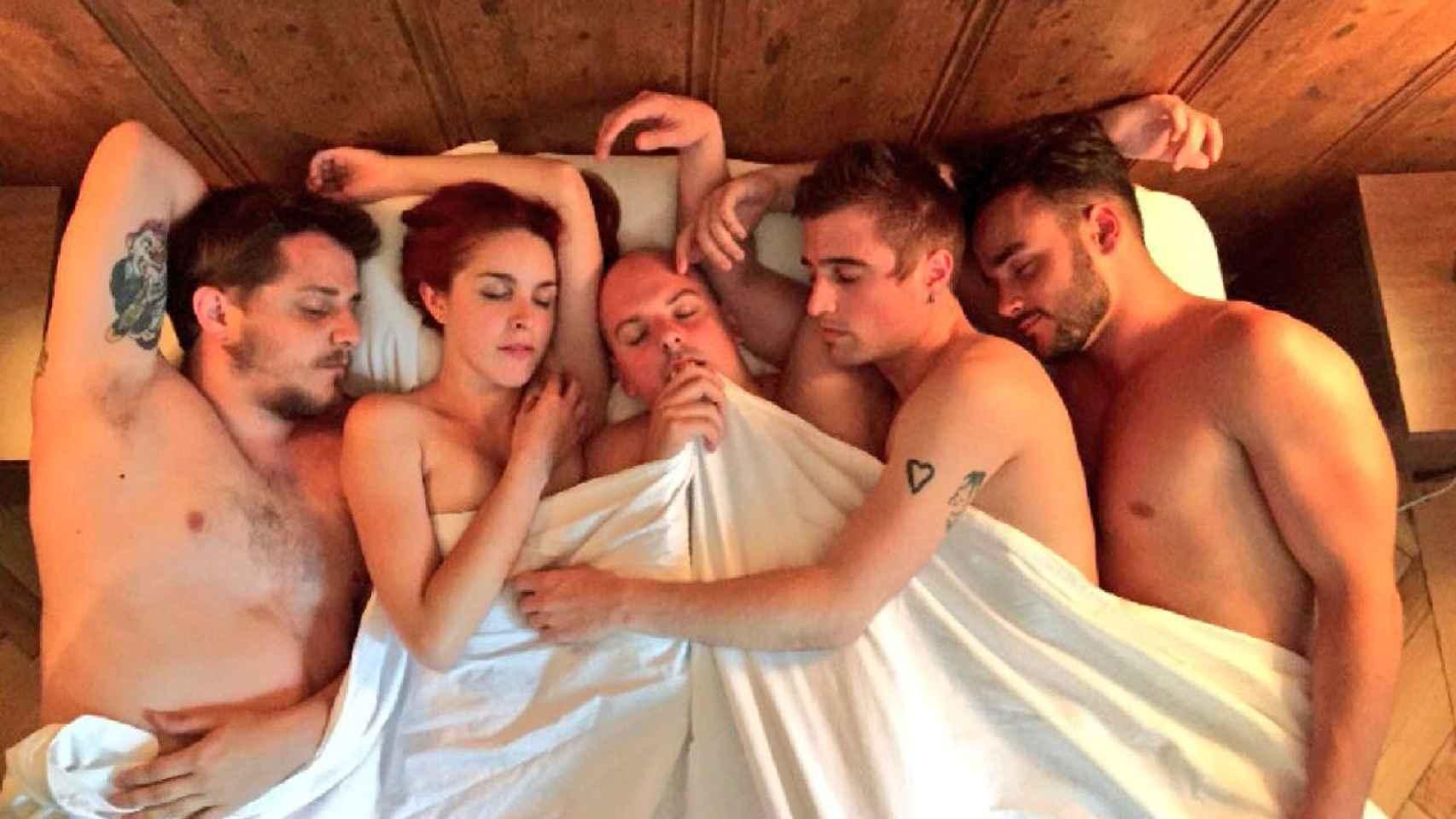 Xavi, Amarna Miller, Carlangas, Jarri y Sylvan en la imagen promocional del vídeo dirigido por Jorge Cantos.