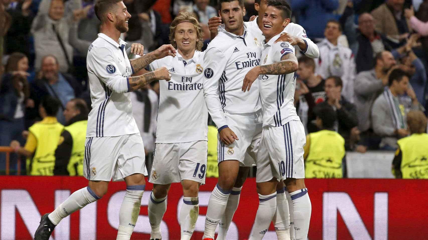 Los jugadores del Real Madrid celebran el tanto de la victoria en el descuento. / Efe