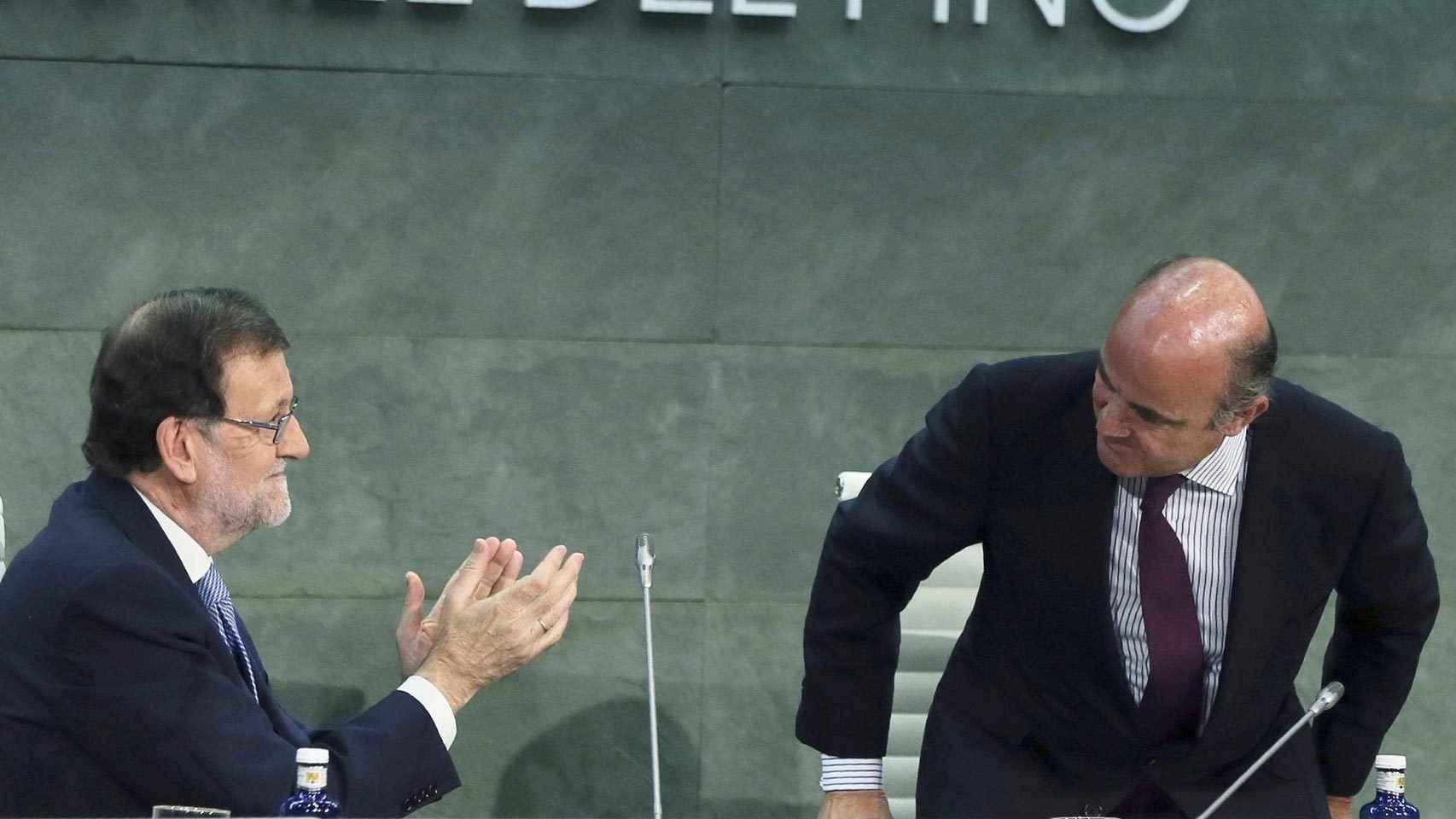 Rajoy aplaude al ministro De Guindos tras su intervención
