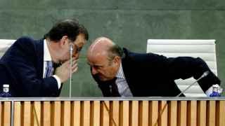El presidente del Gobierno, Mariano Rajoy, junto a Luis de Guindos.