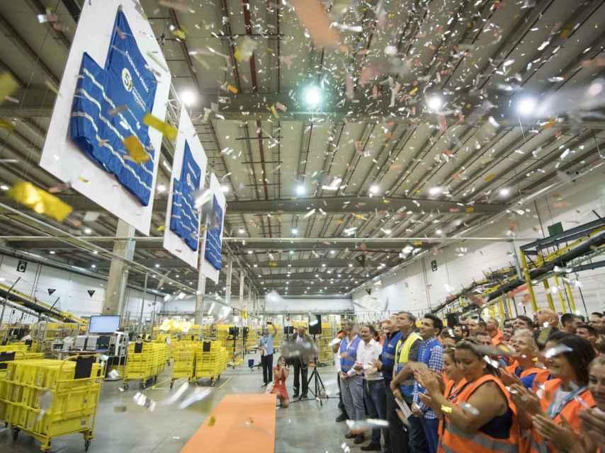 Homenaje a los tres compradores más fieles en las instalaciones de Amazon en España.