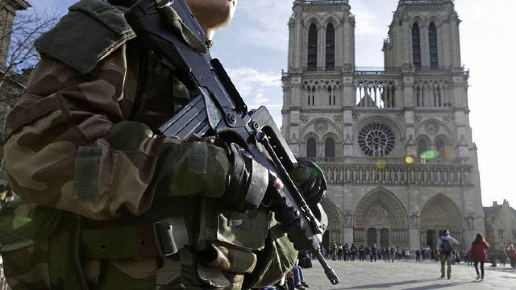 Un soldado francés frente a la Catedral de Notre Dame
