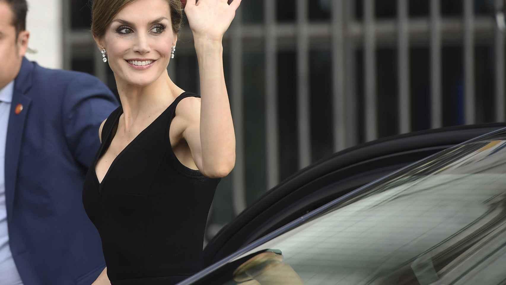 La Reina muy sonriente se ha ruborizado cuando le han cantado el cumpleaños feliz