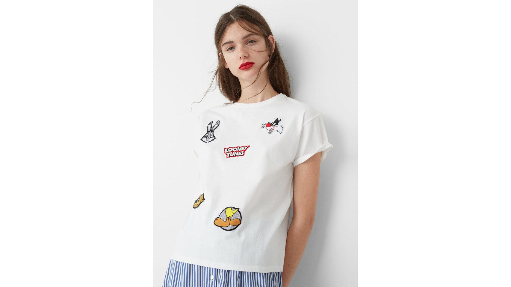 Camiseta blanca con parches de Looney Tunes de Mango.