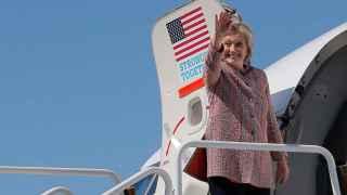 Clinton se monta en su avión de campaña.