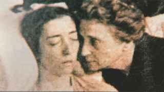 Imagen de Margarita Ruiz de Lihory junto a su hija muerta.