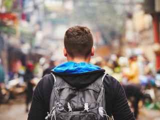 Un joven pasea por una calle.