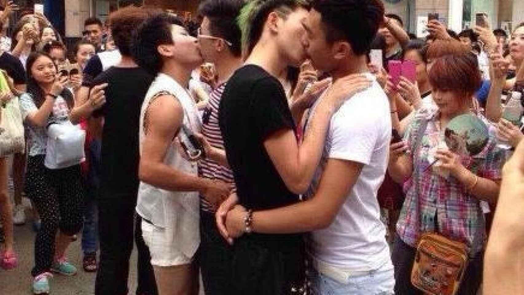 Parejas participando en la Competición Gay de besos en Chengdu, China.