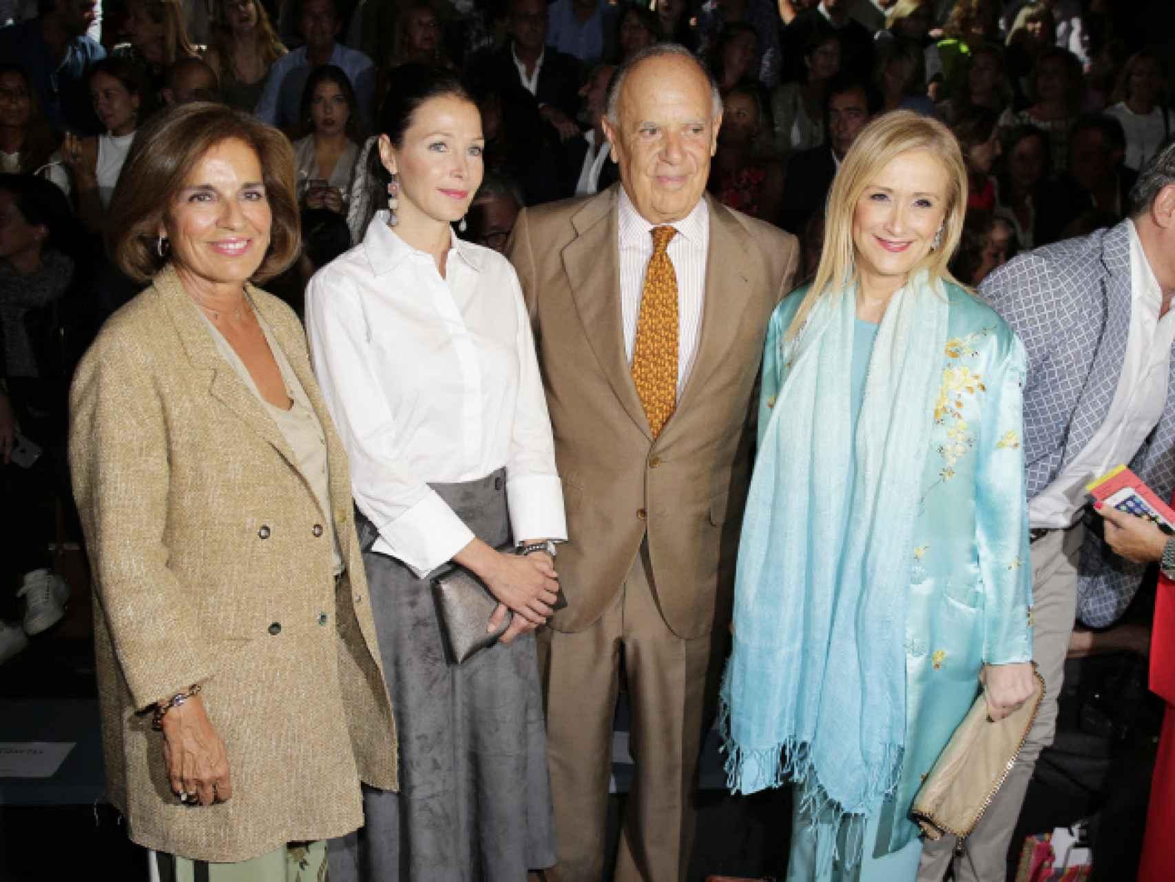 De izquierda a derecha: Ana Botella, Doña  Esther, Carlos Falco y Cristina Cifuentes en primera línea del desfile.