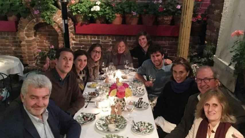 La familia Puig junto a Felipe Morenés, en una de las escasas fotografías públicas de los novios juntos.