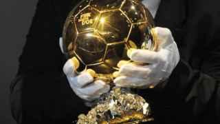 El trofeo FIFA Balón de Oro.