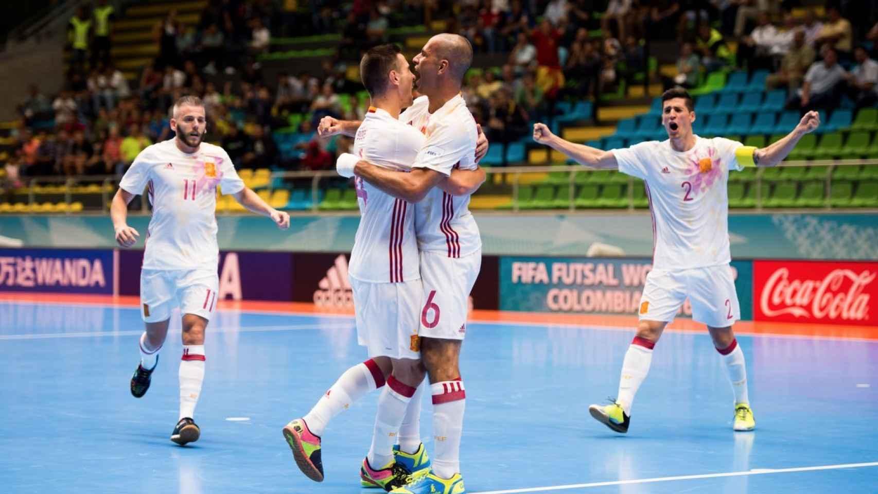 Miguelín, Bebe, Fernandao y Ortiz celebran el tercer gol de España.