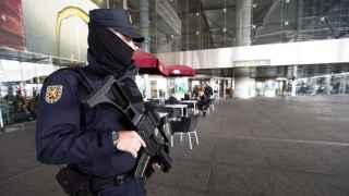 Un agente del Cuerpo Nacional de Policía en labores de vigilancia en una de las terminales del aeropuerto de Málaga.