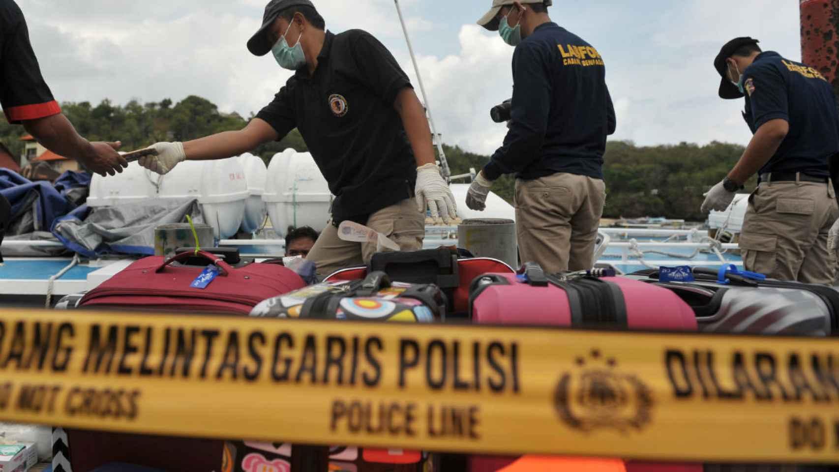 La Policía indonesia trabaja en la embarcación accidentada en Bali.