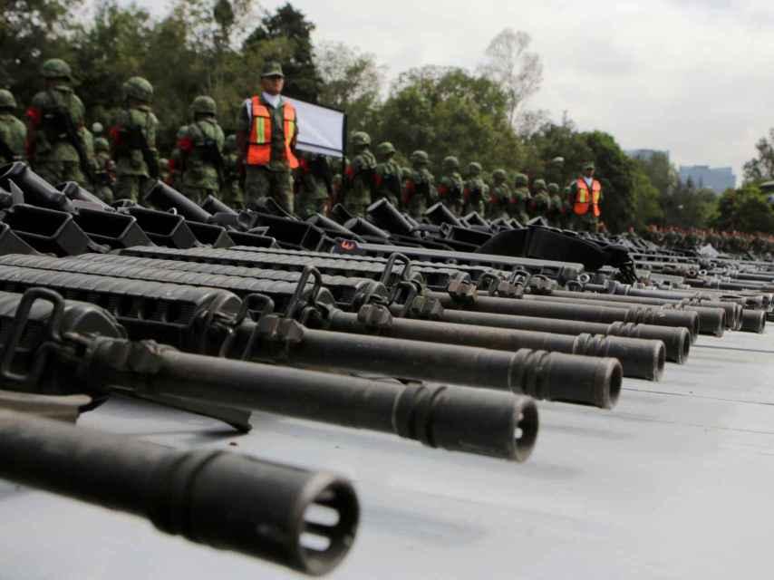 Soldados mexicanos vigilan armas requisadas a narcotraficantes o entregadas por ciudadanos
