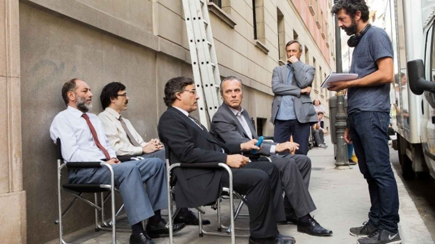 Alberto Rodríguez da indicaciones durante el rodaje de El hombre de las mil caras.