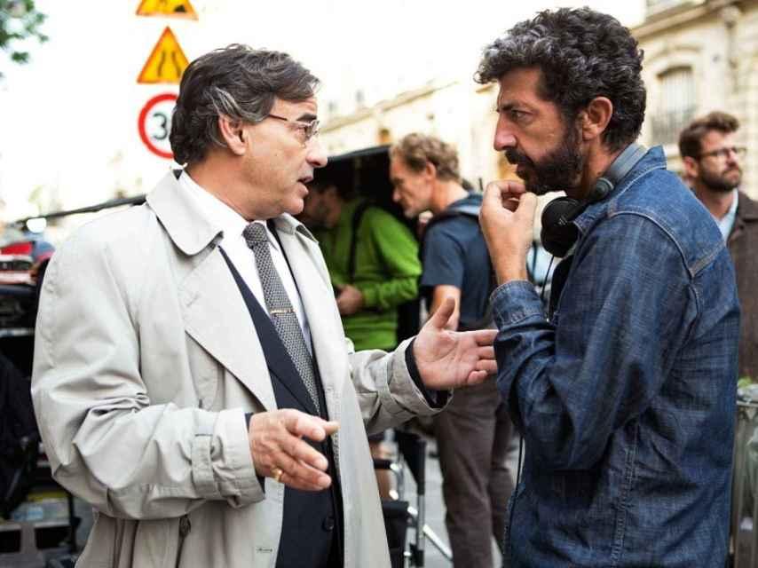 Rodríguez da indicaciones a Eduard Fernández durante el rodaje.