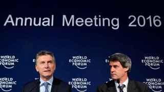 El presidente argentino, Mauricio Macri, y el ministro de Hacienda, Alfonso Prat-Gay, en el Foro Económico Mundial.