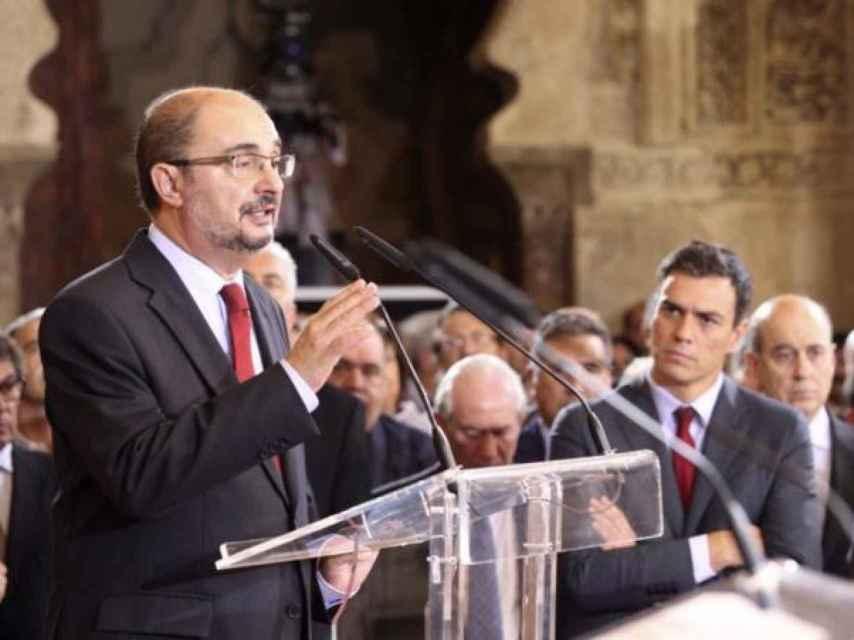 Javier Lambán y Pedro Sánchez, al fondo.