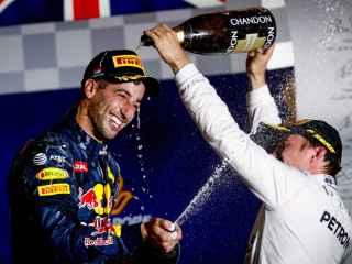 Ricciardo y Rosberg en el podio.