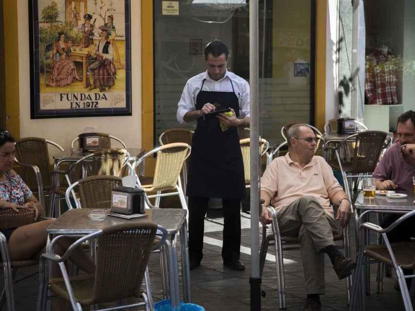 Un bar de Sevilla durante la jornada de consulta sobre adelantar el comienzo de la Feria