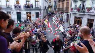 El etarra entra en el consistorio aclamado por la multitud del pueblo
