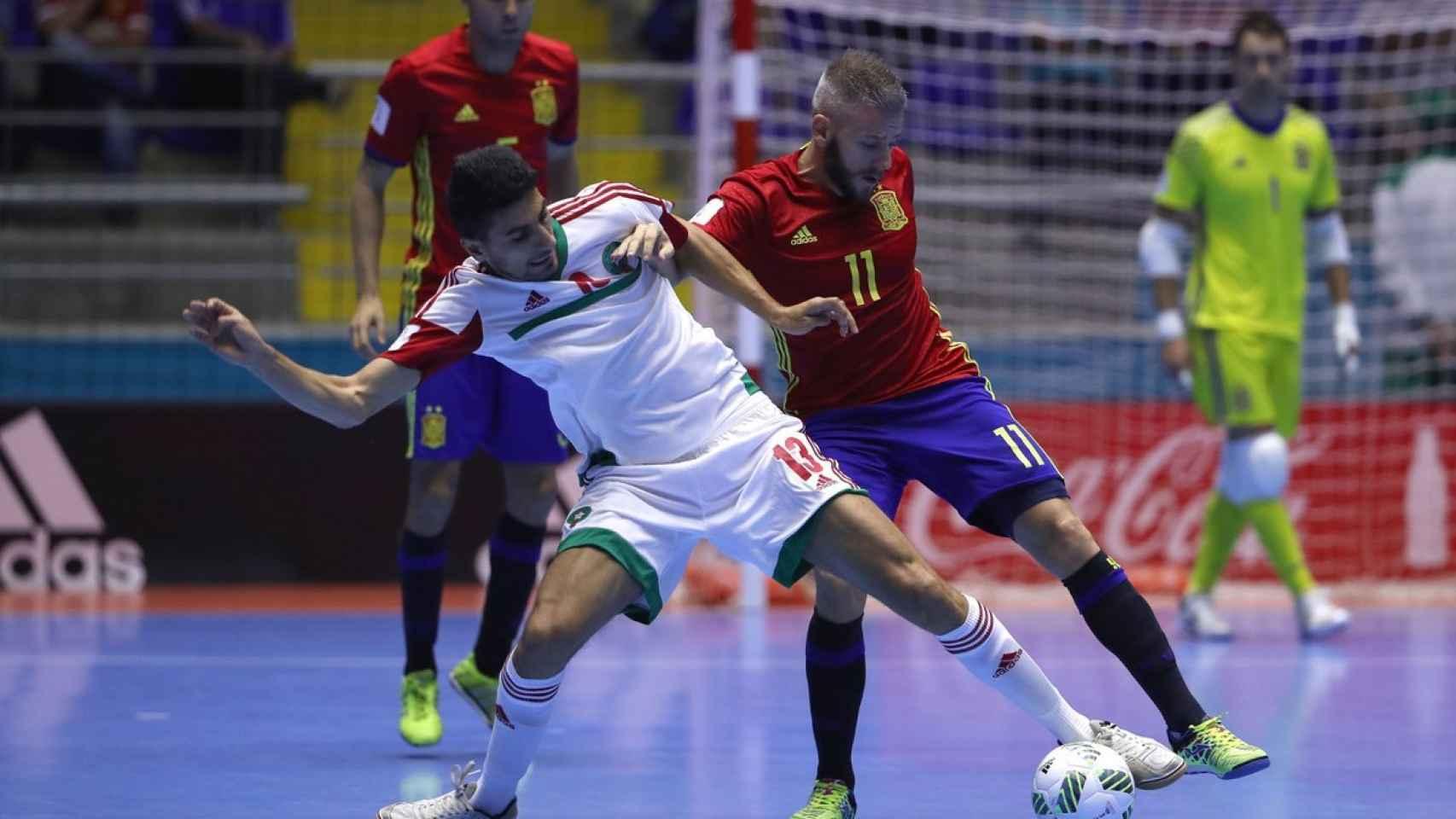 Miguelín disputa un balón con un jugador marroquí.