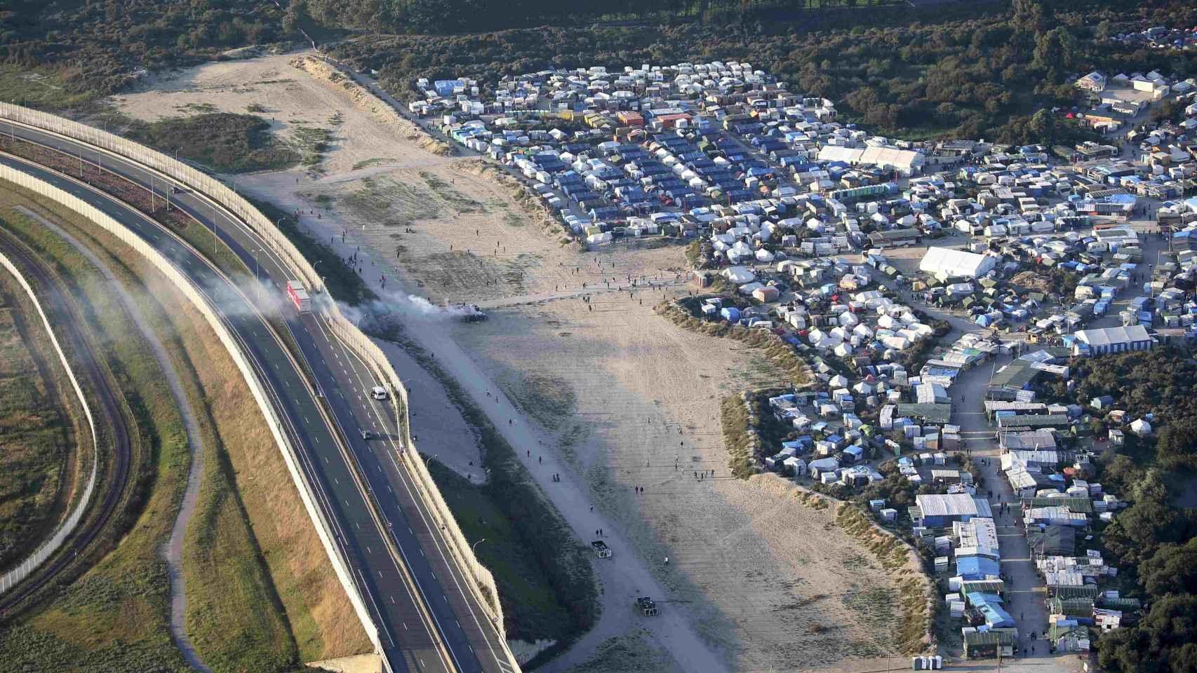 El campamento informal de Calais se encuentra junto a la autopista que lleva a Reino Unido.