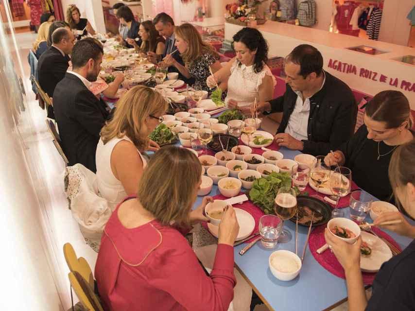 Momento de la cena en la tienda de Agatha Ruiz de la Prada