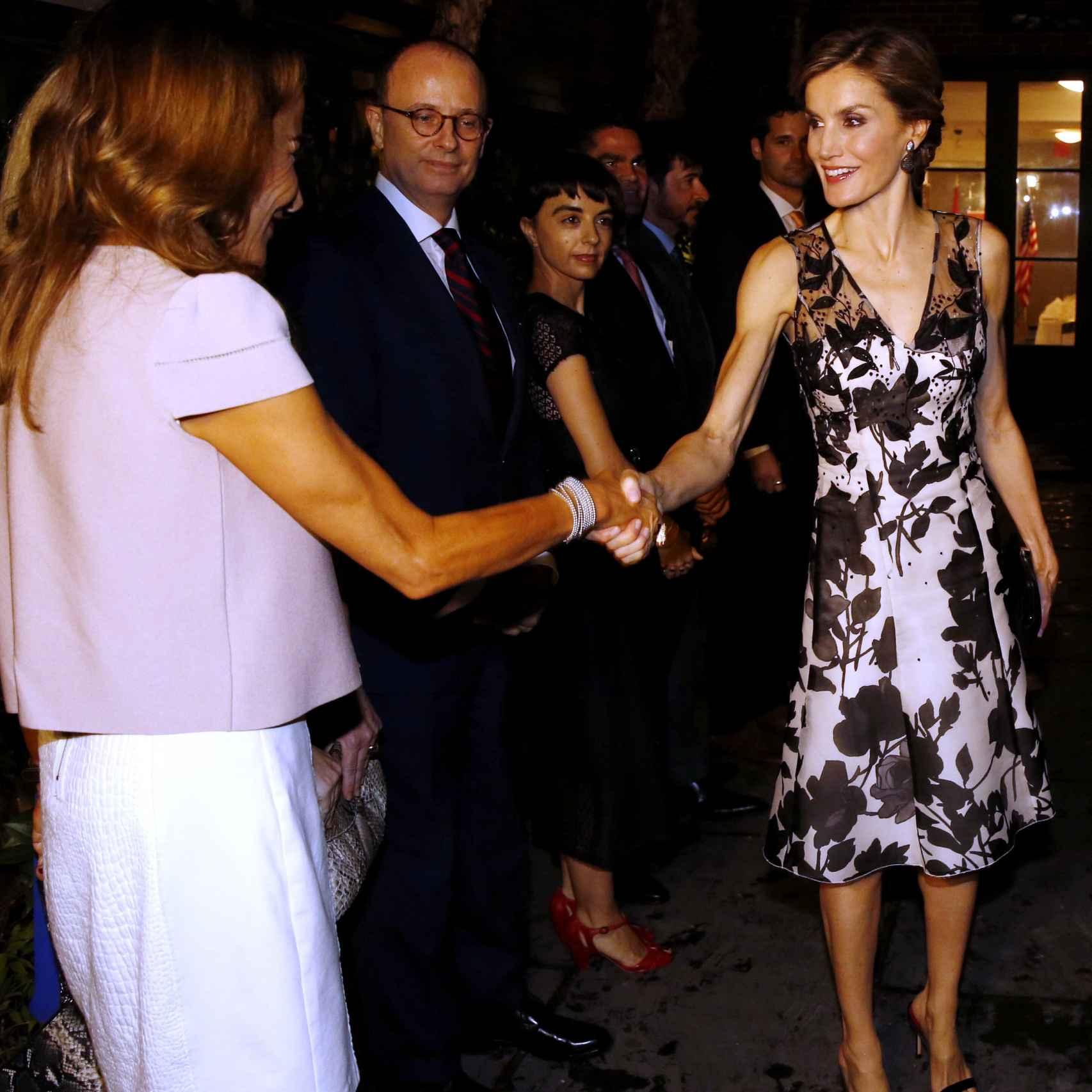 La reina, con el vestido blanco y negro de Carolina Herrera.