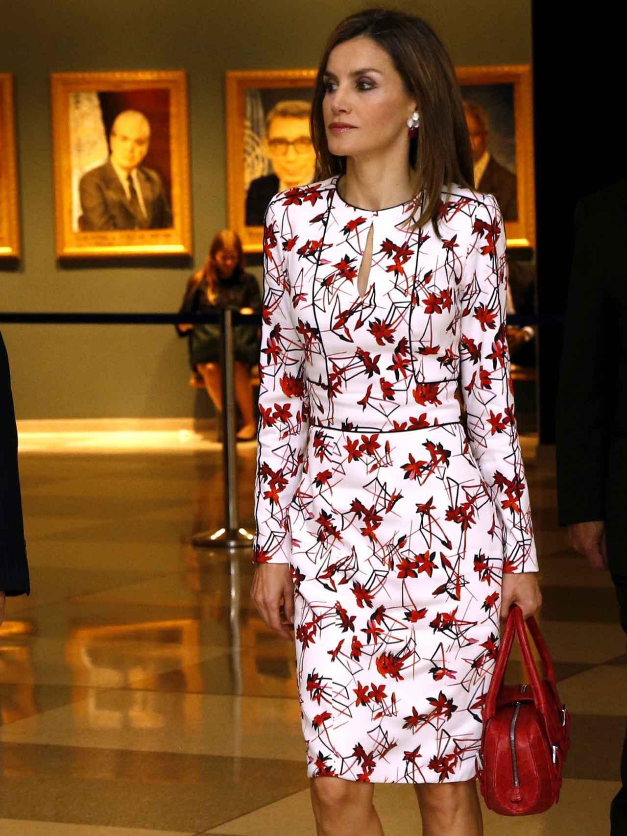 Letizia optó por un traje blanco con estampado en rojo para su primera aparición en Nueva York.