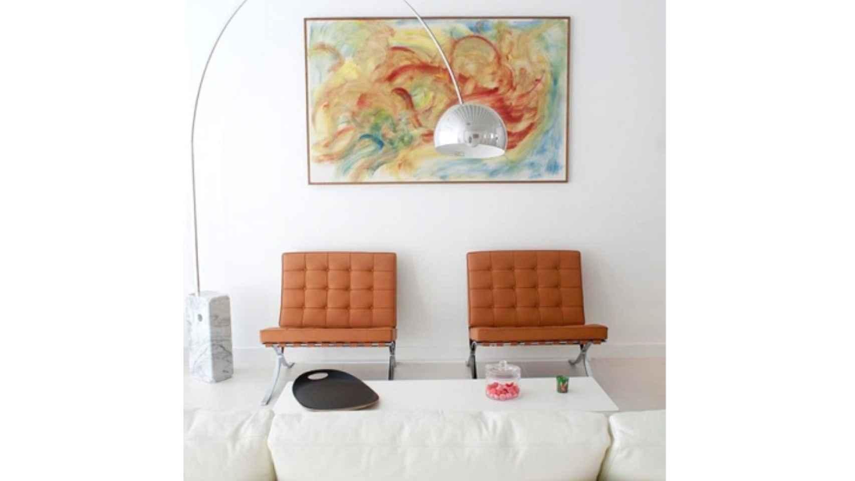 Lámpara Arco y sillas Barcelona (Foto: Flos).