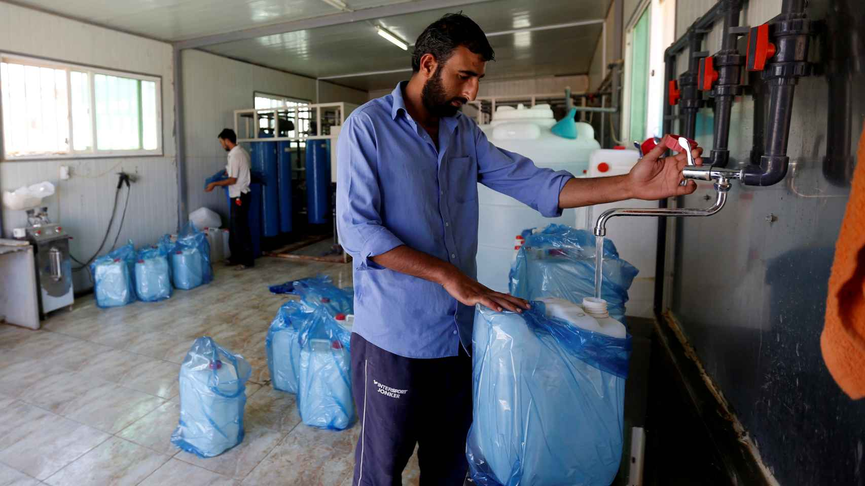Un asilado sirio realizando labores de trabajo en Al-Zaatri, Jordania.