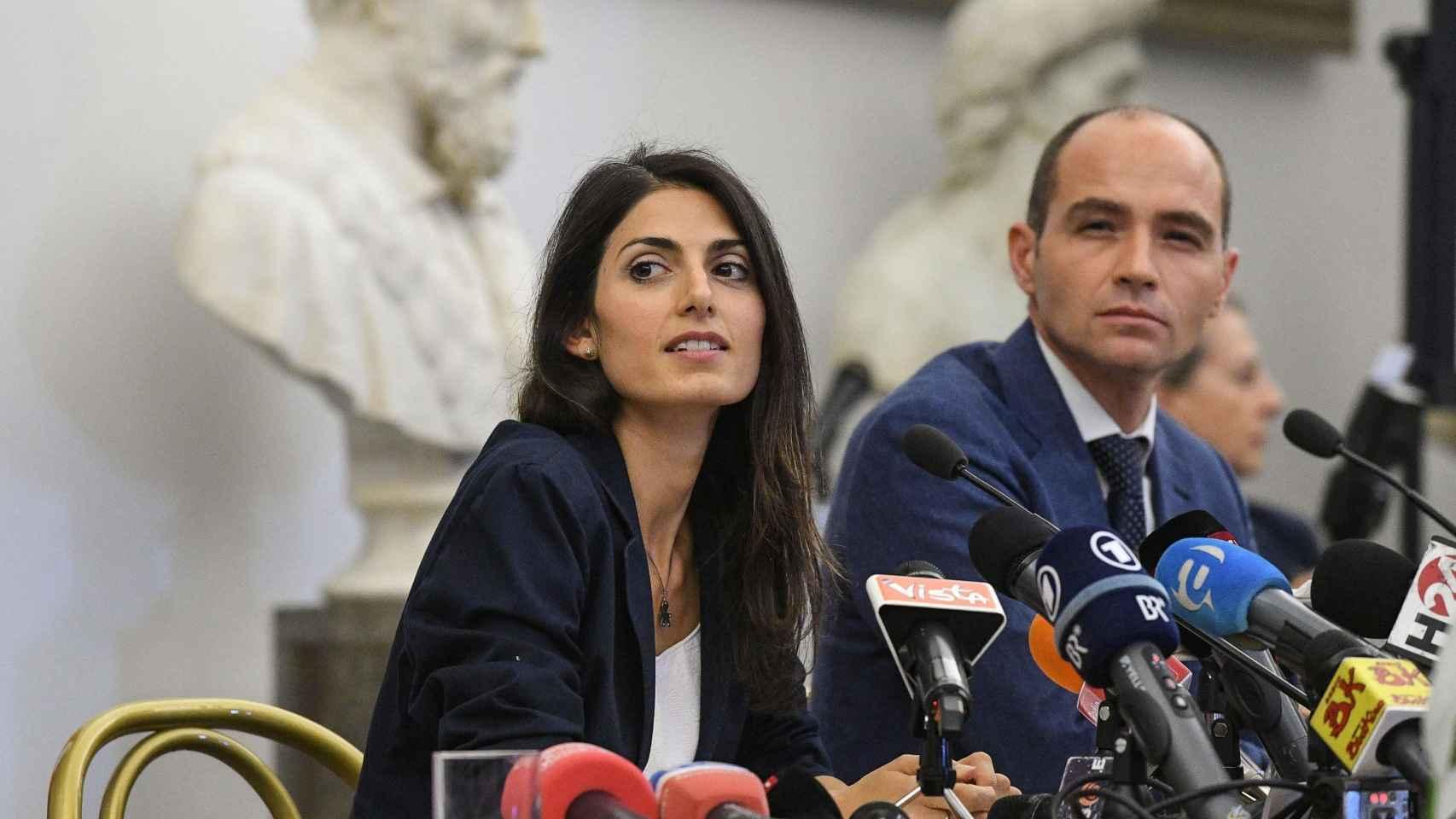 Virginia Raggi con su jefe de gabinete, Daniele Frongia.