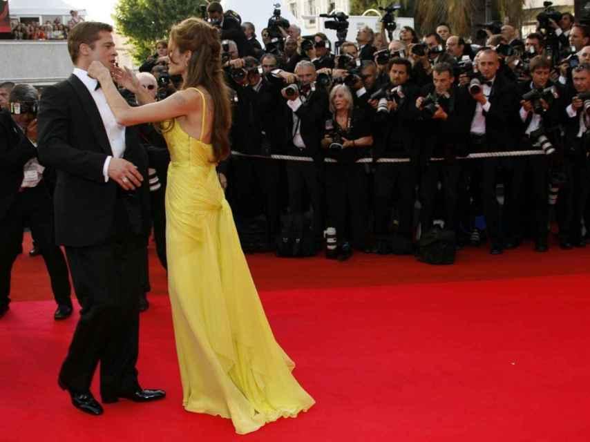 Angelina Jolie ajusta la pajarita a Brad Piit en plena alfombra roja.