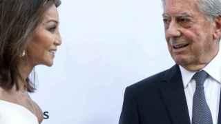 Mario Vargas Llosa vuelve a Estocolmo del brazo de Preysler y no de su mujer