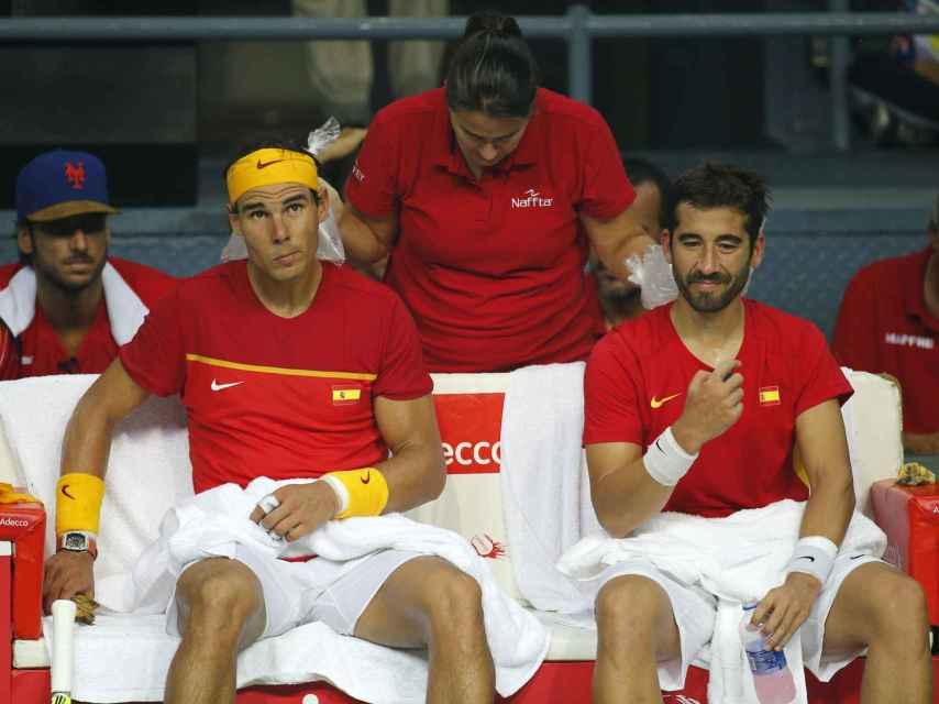 Nadal, Cochita Martínez y Marc López durante el dobles de la Copa Davis.