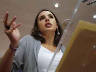 Irene Montero, portavoz adjunta de Podemos en el Congreso, durante su comparecencia.