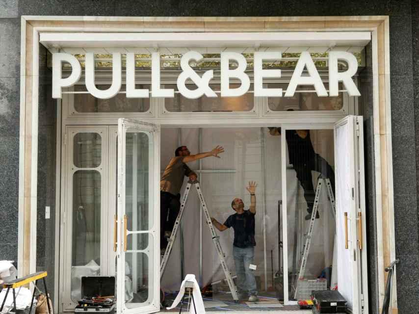 Obras en una de las tiendas de Pull & Bear en Barcelona.
